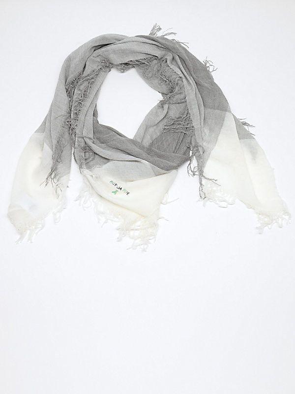 sciarpa foulard Patrizia Pepe FW 2015. Con sfrangiatura sui 4 lati in modal e lana, made in Italy, colore disponibile White/Gray. Perfetto per occasioni casual.
