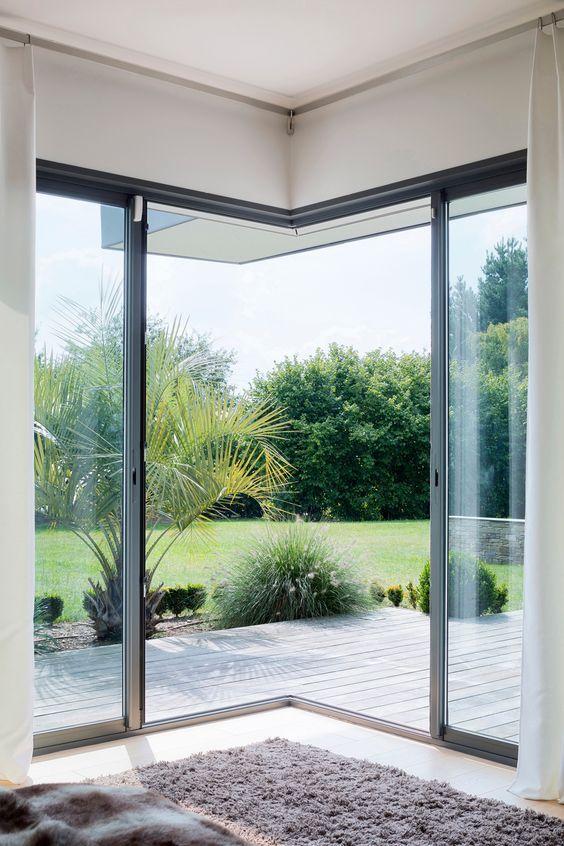 Chambre avec une grande baie vitrée du0027angle rideaux Pinterest