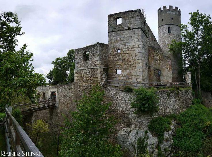 Burgruine Randeck im Altmühltal.  Hoch über dem kleinen Ort Essing im Altmühltal liegt die im 11. Jahrhundert errichtete Burg Randeck. Erhalten sind noch einige Mauern der Bergfried der noch bestiegen werden kann und das Burgverlies.