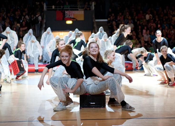 De kreative gymnastiklærere inddrager altid et underligt redskab... I år er det gaffatapebeklædte sodavandskasser. De passer godt til malerdragterne (-;