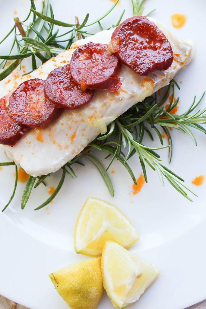 Filet de cabillaud au chorizo et au romarin - Ingrédients : 2 portions de filet de cabillaud, 1/2 chorizo doux ou fort, Du romarin, Le jus d'un citron...