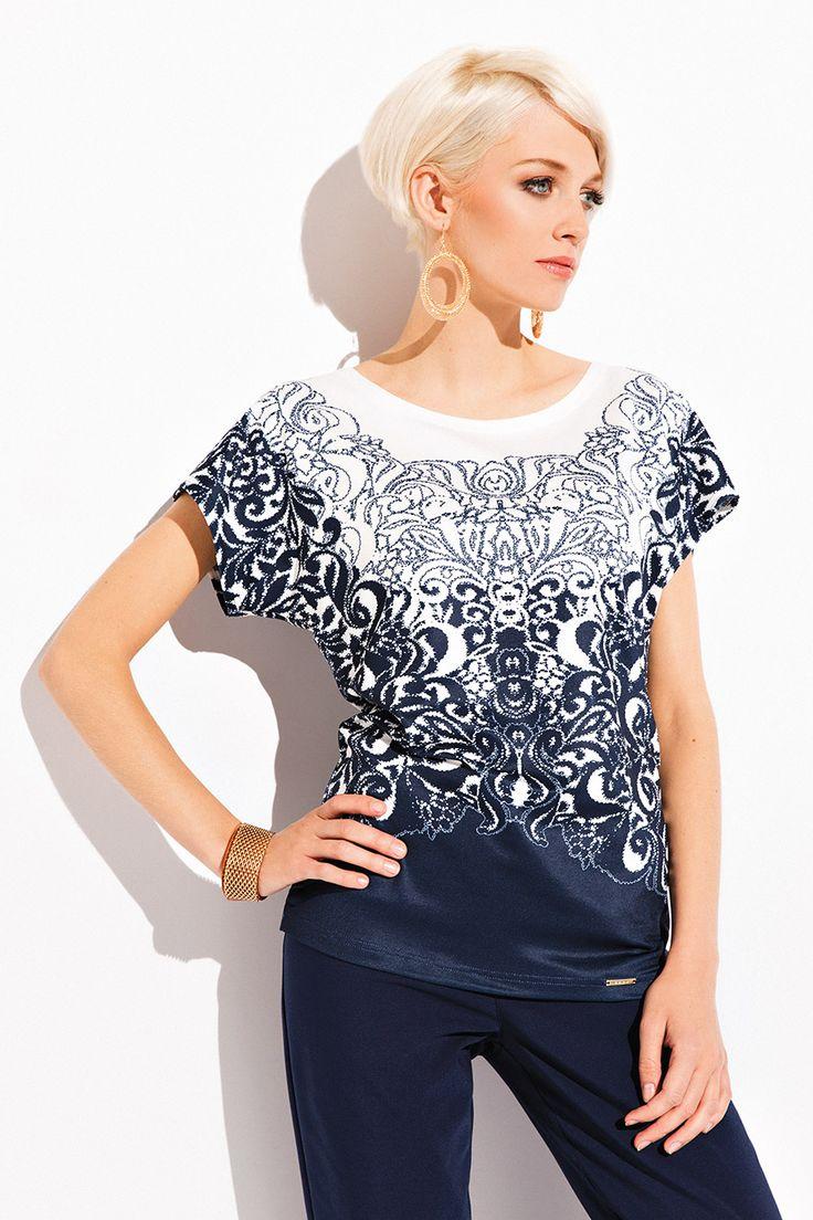 БЛУЗКА SALMA Очаровательная женская блузка Salma. Модель выполнена в свободном фасоне и коротким рукавами. Женская блузка представлена в необычайно оригинальном графическом узоре. Ваш внешний вид будет безупречным!