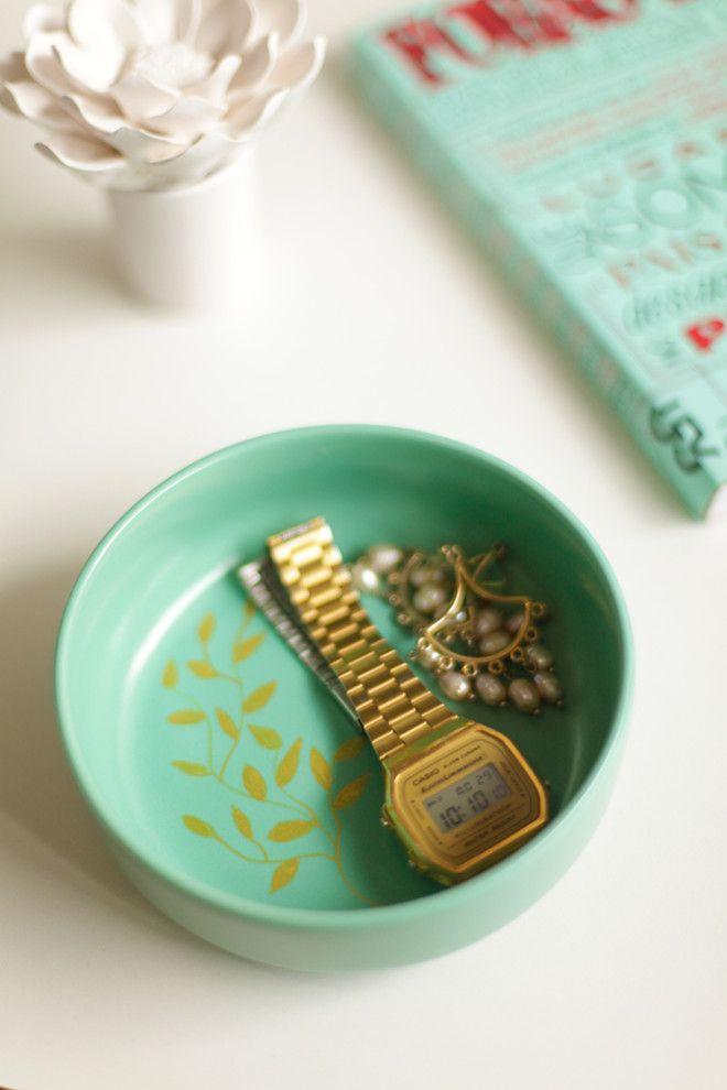 Esse projetinho de faça você mesmo é uma graça e super fácil! Veja como enfeitar um pratinho de cerámica com uma caneta de tinta.