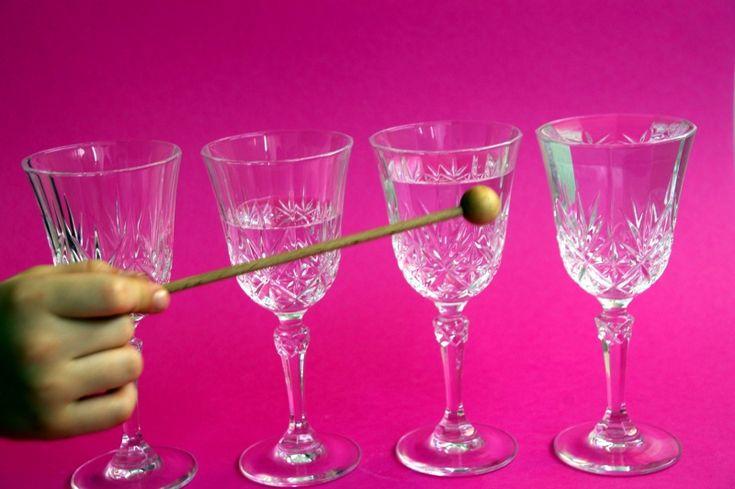 Mit wassergefüllten Gläsern Musik machen