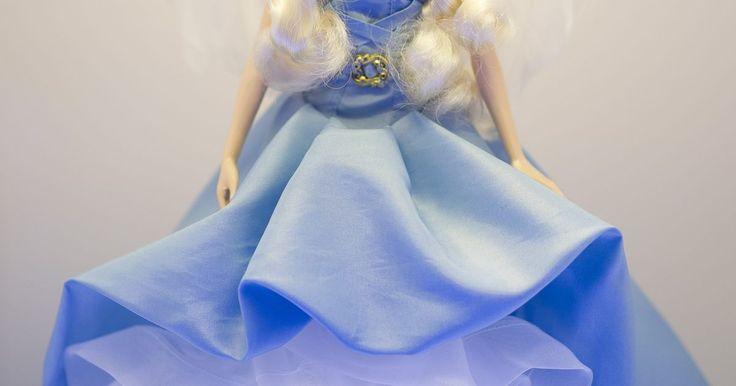 Como consertar a perna de uma boneca Barbie. A boneca Barbie tem sido um dos brinquedos femininos mais populares por mais de 50 anos, fazendo-as serem também itens populares para colecionadores. Seja em uma brincadeira mais grosseira ou simplesmente por acidente, uma perna ou um braço faltando ou quebrado pode tirar a alegria de qualquer garotinha. Veja aqui um jeito simples de consertar a ...