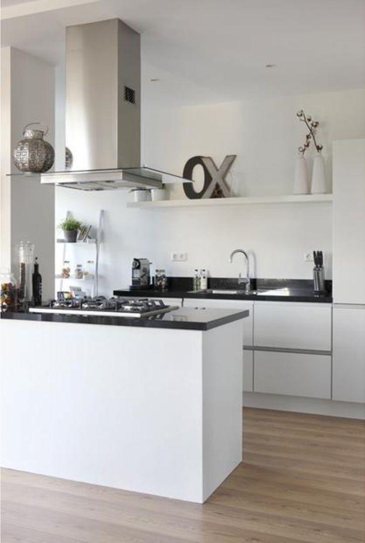 Keuken: wit, licht en industrieel.