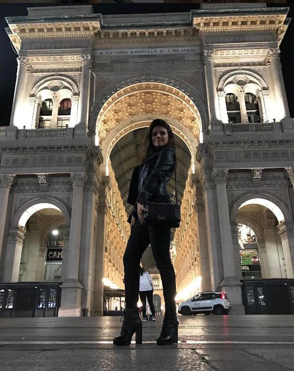 Paula Fernandes (Foto: Reprodução/Instagram)Paula Fernandes arrasa nos looks para o frio durante turnê na Europa