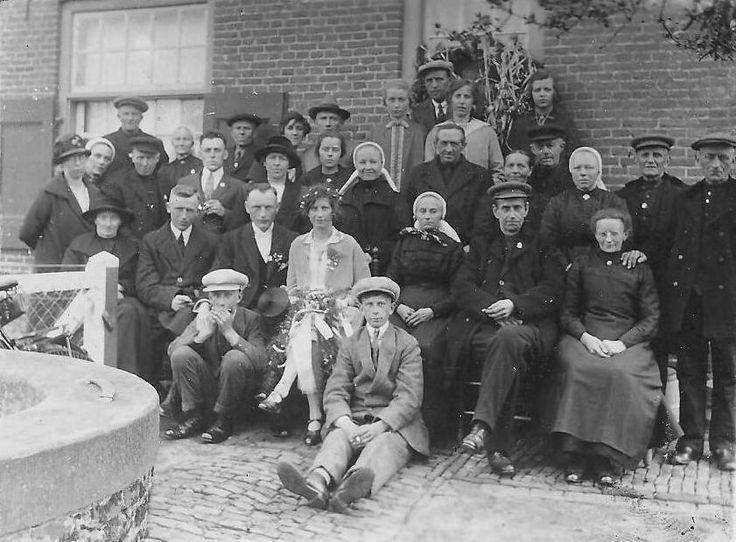 Een feestelijk plaatje ergens begin jaren 30 van de vorige eeuw in de Achterhoek. De bruiloft van het bruidspaar Schuizema. #Gelderland #Achterhoek