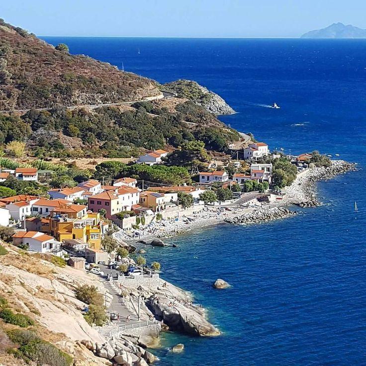 La spiaggia di #pomonte nello scatto di @riccardonoferi. Continuate a taggare le vostre foto con #isoladelbaapp il tag delle vostre vacanze all'#isoladelba  http://ift.tt/1NHxzN3
