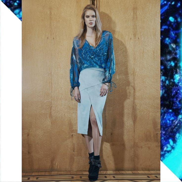 Estampa Estelar Inverno RS17 :: os tons de azul são apostas certeiras para o Inverno 17. Fashion trend confirmadíssima nas passarelas de grandes marcas como #Dior, #Lacoste e #Versace.💙  Blusa:: 1171132  Saia:: 1171806    #reginasalomao #inverno17 #print #estampa #pantone #azul #blue #fashiontrends #fashioncolors #estelar