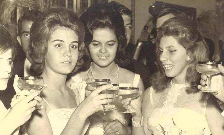 Fernando Morais revela a Dilma de 1962. Dilma está em seu baile de debutantes, em 1962, ainda em Belo Horizonte, quando estudava no Colégio Sion.