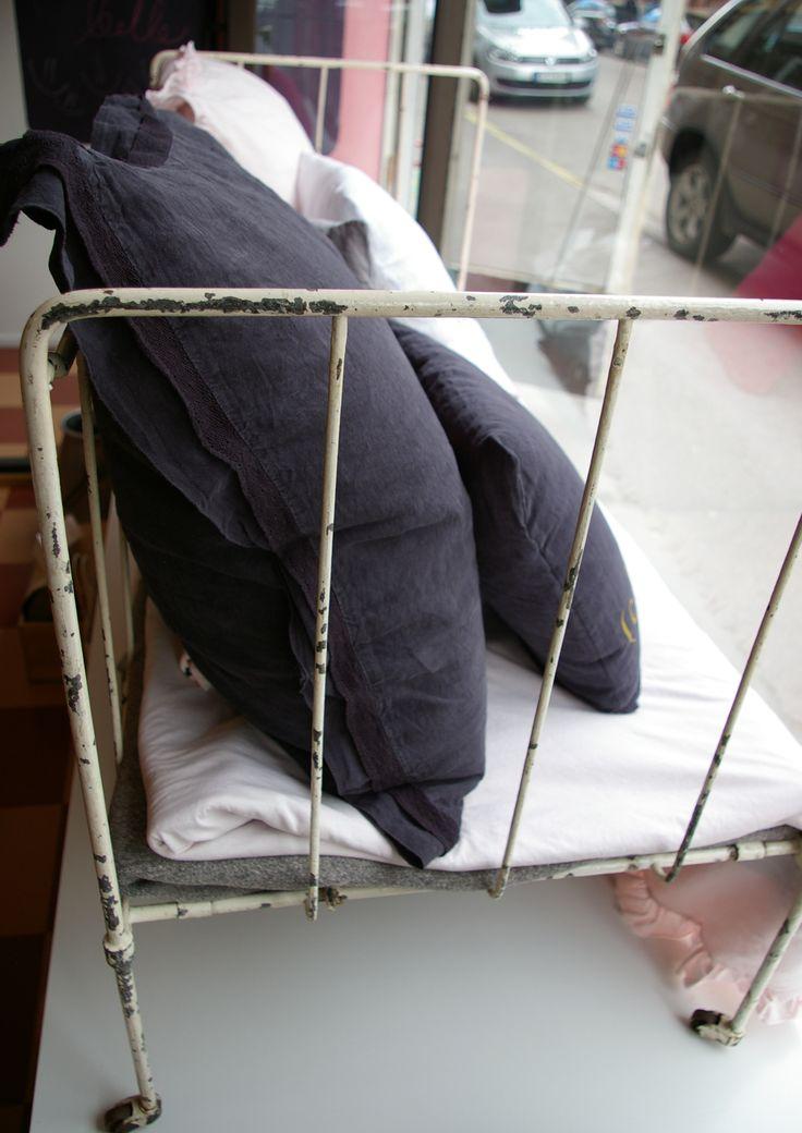 pinnasänky ja pellavatyynyjä! metallinen lasten sairaalapinnasänky, muunnettavissa sohvaksi (kuten kuvassa), voidaan varastoida litteänä, kork.75, lev.140, syv.60cm