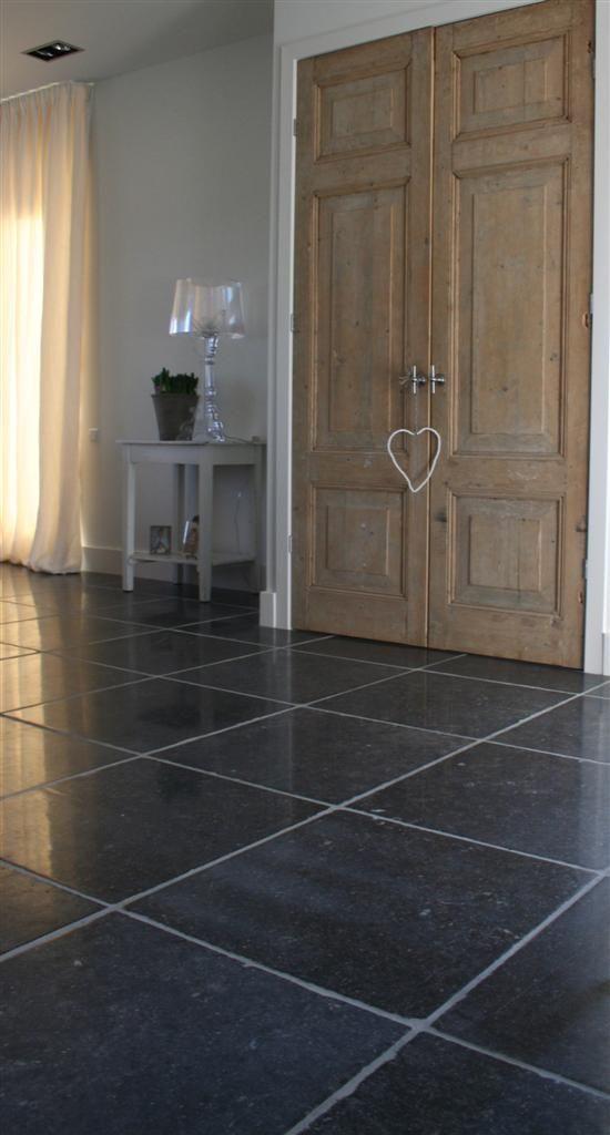 Belgisch hardsteen // Belgian bluestone Finish: Stylo Romano ; Donker geschuurd oppervlak met grove getrommelde randen Meer informatie: www.kersbergen.nl