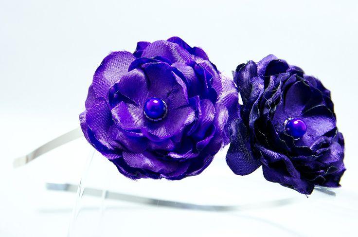Čelenka fialkové květy Originální čelenka s ručně vyrobeným saténovými fialovými květy.Světlý a tmavý. Doplněný perličkami a korálky. Velikost květu: š.8cm a 5cm s Kovová čelenka stříbrné barvy ,šíře 0,5cm. čelenku je možné i ve stříbrné barvě nebo plastovou. Čelenku je možné vyměnit za černou kovovou nebo plastovou .Stačí napsat do poznamek. Květiny ...