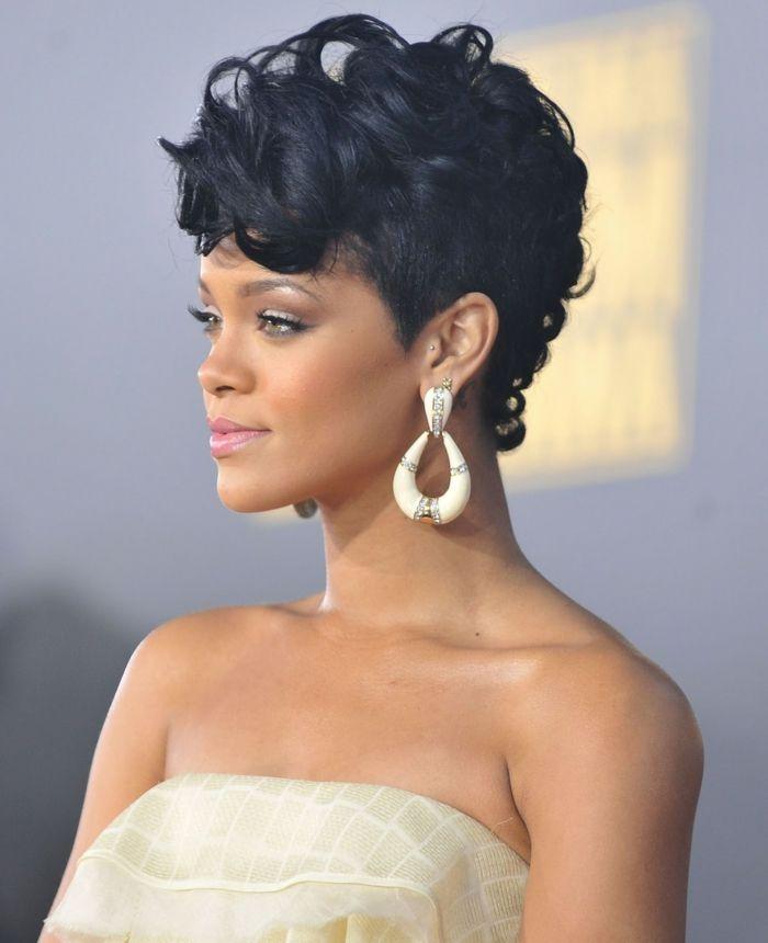 pelo rizado corto, Rihanna con corte a lo garcon con flequillo voluminoso y pendientes grandes