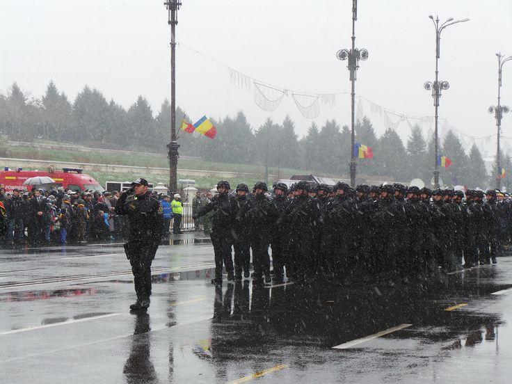 Evenimentul festiv a fost, totodată, prilejul pentru ca SRI să îşi prezinte public, în premieră, noile uniforme militare.