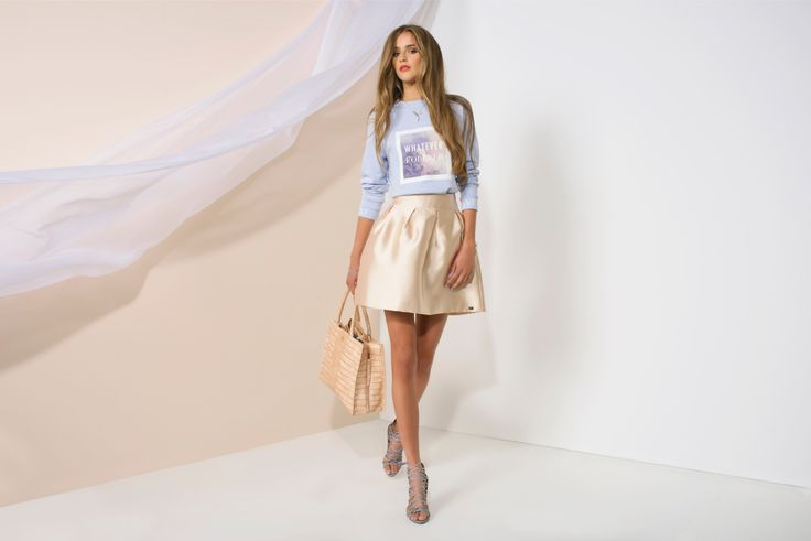 https://joshv.com/kleding-joshv/collectie/seventeen-joshv-17 Pretty girls have to wear pretty skirts! The shiney JOSH V Nour skirt is a real statement item, it goes perfect with the casual Forever Sweater. Add a pair of Healy Heels and the JOSH V Lizzy Bag to complete your elegant outfit. #JOSHV #Highsummer #Summer #Lookbook #Skirt #Sweater #Heels #Bag #Fashionlabel