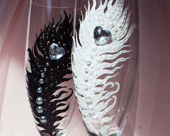 Blanco y negro pluma boda gafas flautas de champán por WeddingbyAnn
