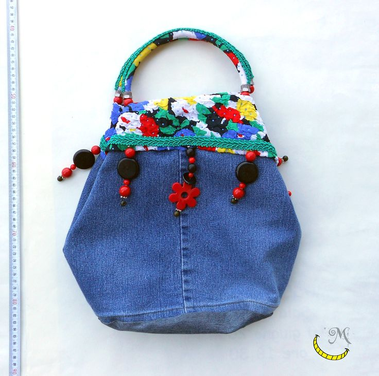 Borsa jeans, floreale con manici rigidi e tasca interna. Realizzata con tessuti vari riciclati e perline.   Floral jeans bag with rigid handles and interior pocket. Made with different fabrics and upcycled beads. Bolsa floral de vaqueros con asas rígidas y un bolsillo interior. Hecho con diferentes telas y perlas reciclados. Follow me on fb: https://www.facebook.com/MaliceCrafts/