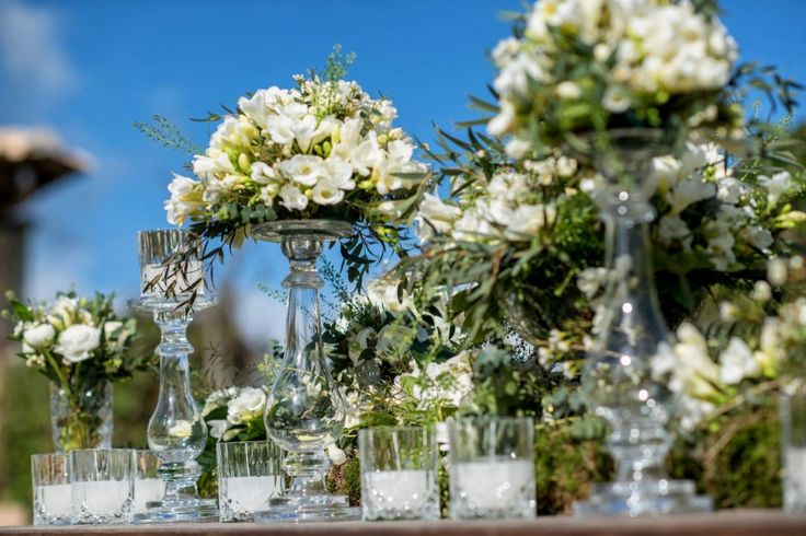 Table decoration : Crystal vases with white and green flower compositions!