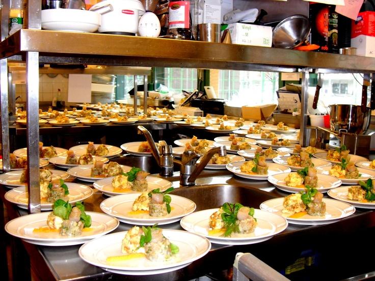 Kokki-kylmäkön tehtävä on monipuolinen haastava. Palvelutarjontaamme kuuluu lounasravintolan ja kahvilan lisäksi myös runsaasti erilaisten edustustilaisuuksien järjestämistä.