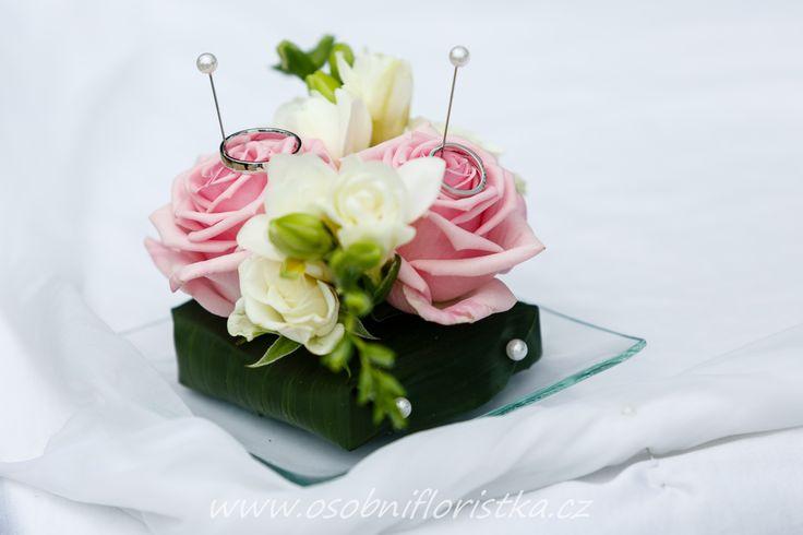 dekorace na prstýnky ze živých květů