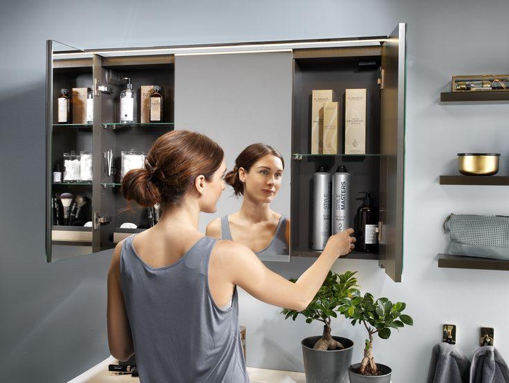 Spegelskåpen har avdelat skåp för enklare förvaring av högre produkter.
