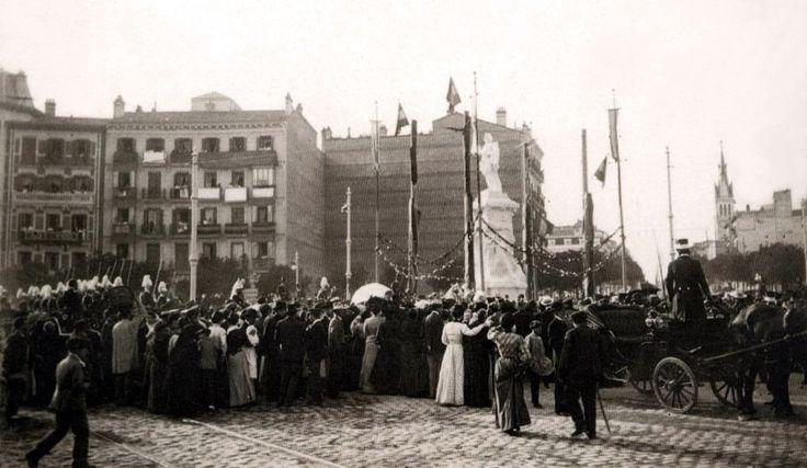 Monumento a Quevedo (1902) en la Plaza Alonso Martínez, al fondo Calles de Santa Engracia y Salesas Reales. Posteriormente, el Monumento fue traslado a la Glorieta de Quevedo  - Portal Fuenterrebollo