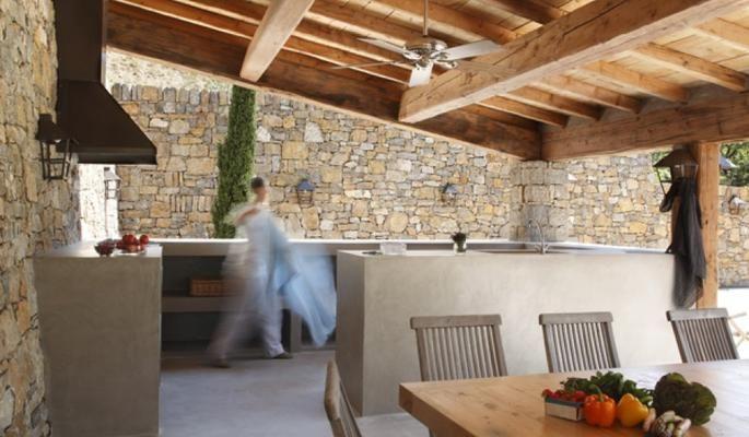 Cemento pulido en suelos, paredes y objetos, En interiores y exteriores Aplicado manualmente con llana para dar diferentes aspectos a la materia prima.