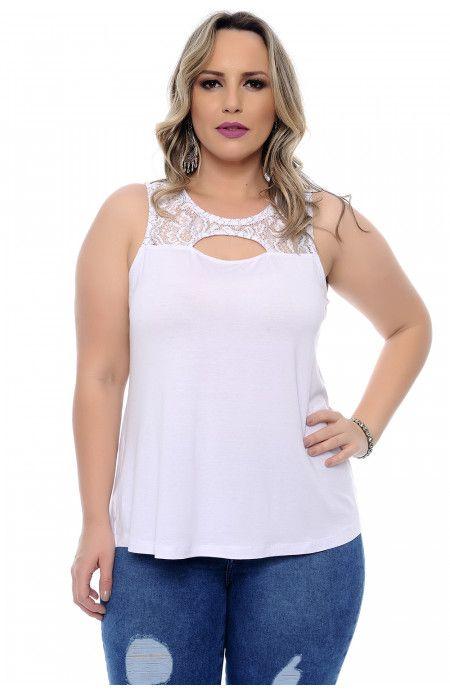 5e37444765 Blusa plus size branca em malha viscolycra sem manga. Decote redondo com  aplicação em renda e recorte vazado na frente e nas costas. Marca  Arimath