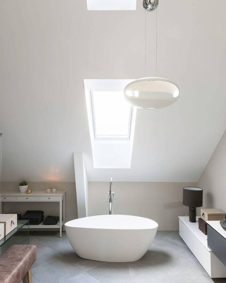 Med Westerbergs sitt Ellipse badekar får man virkelig smykket opp badet Lagd av genuin støpemarmor med tynne vegger og silkematt overflate på det hvite karet (blankt om du velger svart utside). Denne skjønnheten er å finne i nettbutikken vår Bildet er fra en leilighet på Frogner via Velux #rørkjøp