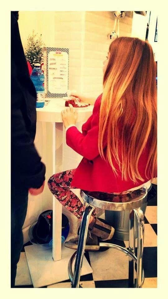 Una #dolce bambina in #rosso Che assaggia la nostra  rossa #RedVelvet... <3 #americandiner #cake #redvelvet #fastfood #ristorante #cibo #1950americandiner #vintage #napoli #naples #brunch #dinner #delicious #food #foodie #foodporn #instapic #instafood #eating #enjoy #cakeappeal #bakedgood