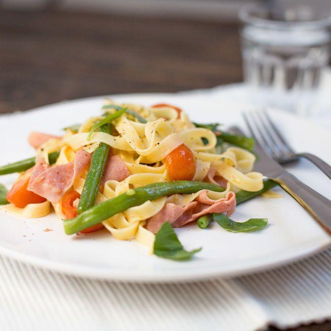 Tagliatelle met ham, tomaat en boontjes