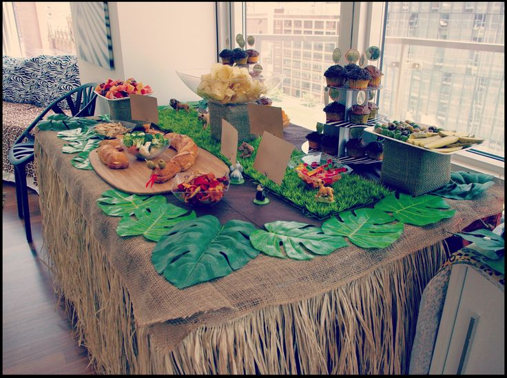 Buffet table harold 39 s safari adventure pinterest birthdays skirts and search - Deco table jungle ...