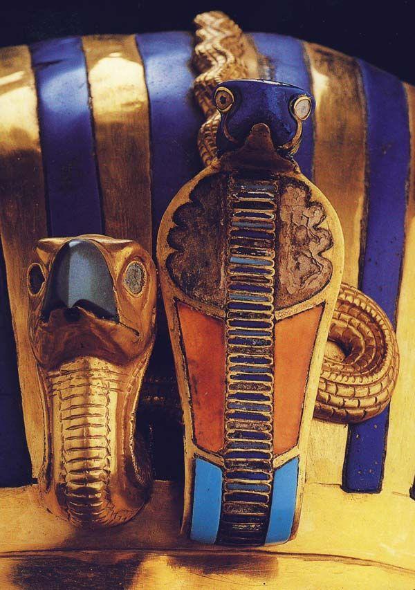 Fig. 4. Detalle de los emblemas de poder, el buitre y la cobra, alusivos a Nekhbet y a Uadyet, ornamentando la frente del sobe-rano. Se puede observar el traba-jo detallado de los orfebres en estos elementos y la circunstancia de que no se hay incrustación en los ojos del buitre. Detalle de foto en T. G. HENRY JAMES, Tutankamón, Barcelona, 2001, p. 97 Oro, lapislázuli, cornalina, turquesa, pasta vítrea, cuarzo, obsidiana...