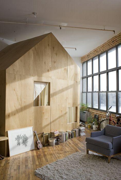 maison en bois dans l'appartement par Terri Chiao