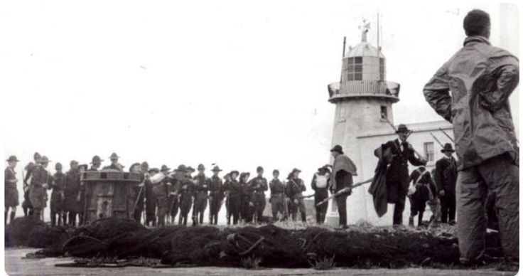 Guns being landed at Howth in 1914. The figure at the right is Erskine Childers.