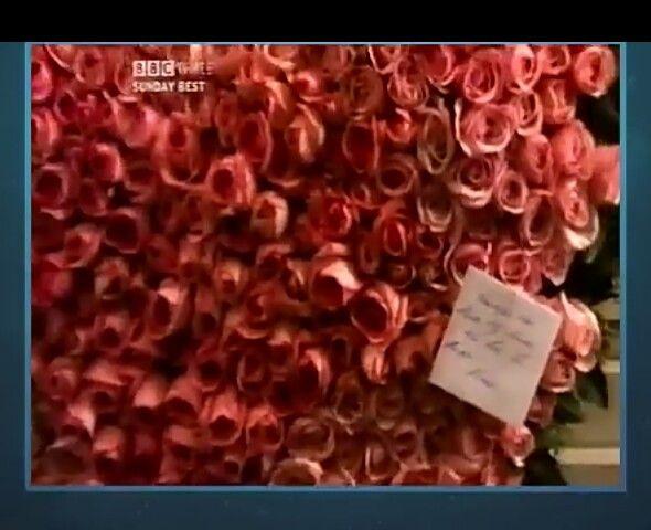 Flores de sentimiento enviadas al funeral de Freddie Mercury por su amigo Elton John.