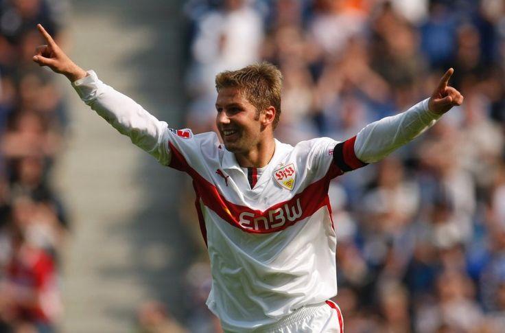 Nach dem Abstieg in die Zweite Liga stellt sich Stuttgart an der Vereinsspitze neu auf: Mit Thomas Hitzlsperger und Marc Kienle übernehmen zwei Ex-Spieler Vorstandsfunktionen. Die Nachfolge von Robin Dutt bleibt offen.