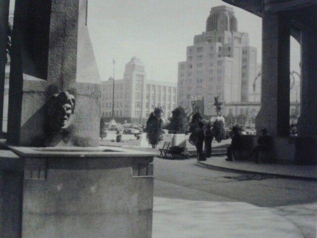 Al fondo, el edificio de la Nacional uno de los mas altos del país hasta la construcción de la Torre Latinoamericana en frente, vista desde la esquina de la rotonda diseñada por Adamo Boari, destruido hace unas decadas. ca. 1940