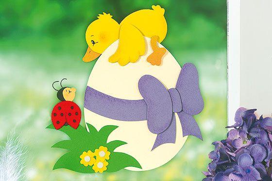 """Basteln Sie schöne Fensterdeko für den Frühling! Mit dem süßen Fensterbild """"Küken"""" kann Ostern kommen. Hier gibt's die kostenlose Anleitung & Vorlage. © 2008 Christophorus Verlag GmbH & Co. KG"""
