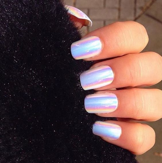 białe paznokcie holograficzne