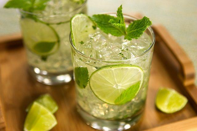 20 ml di Succo di Lime, Rametti di Menta Fresca, Zucchero di Canna, 5/10 Acqua Tonica, 5/10 Lemonsoda, Ghiaccio, Fettine di Lime per guarnire