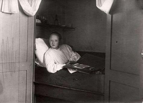 Slaapkamer. Grietje Appelman, het dienstmeisje van het echtpaar Markus uit Hoorn in haar bedstee voor herstel na het eten van een vergiftigde taart. Foto 1910.