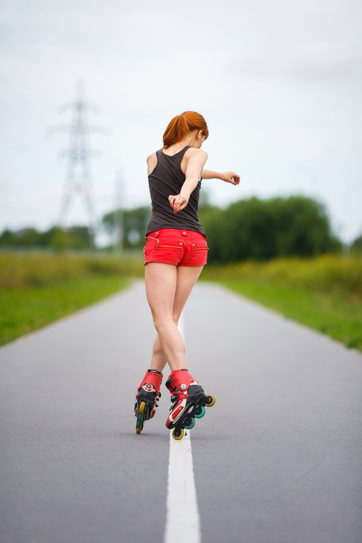 Burns Calories Fast The Mayo Clinic concluded that a 160 lb individual will burn 913 calories  in one hour if they are blading at a decent pace. If an individual weighs  in at 240 lbs and rollerblades at the same pace for an hour, they can burn  up to 1,363 calories. If you are looking for a kic