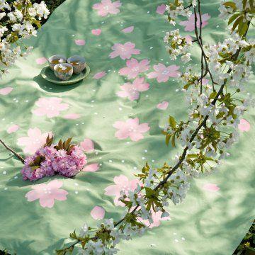 Une nappe peinte de fleurs de cerisier