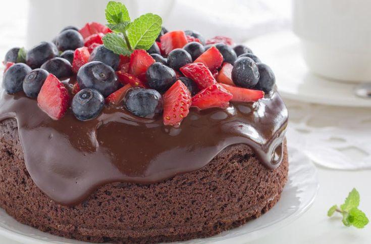 Eggefri sjokoladekake. Saftig og god med kjempegod glasur. Bruk gjerne bare vanlig melk og smør heller enn rismelk og melkefritt margarin. (Testet av Line til 17. mai 2016.)