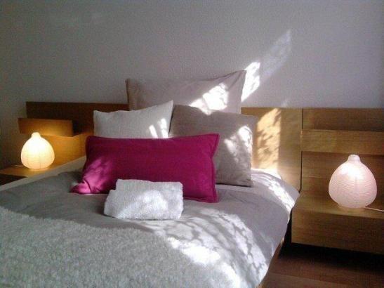 WG Zimmer In Berlin Prenzlauer Berg: Schönes Bett Mit Grauer Tagesdecke, Vielen  Kissen
