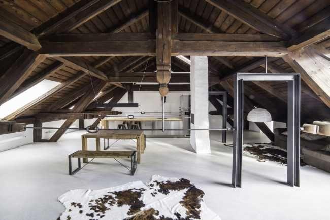 Dřevo a kov jsou hlavními aktéry v interiéru a nehrají v něm jen své tradiční role