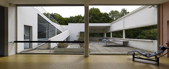 Villa Savoye - Planta livre da estrutura. A divisão dos cômodos internos é feita independentemente da configuração estrutural, de forma que as paredes divisórias não possuem função portante na sustentação do edifício.